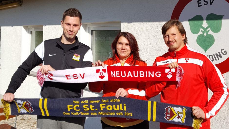 Starke Partnerschaft (v.l.): Florian Weiß (Manager FC St. Fouli), Lavinia Seide (Kassierin ESV Neuaubing) und Alexander Hänsel (stellvertretender Abteilungsleiter Fußball, ESV Neuaubing).