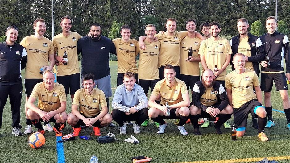 Ein letztes Team-Foto mit dem Neu-Löwen: Daniel Schloemer (unten Mitte) mit der Fouli-Mannschaft nach dem Spiel gegen die Munich Chinese Kickers.