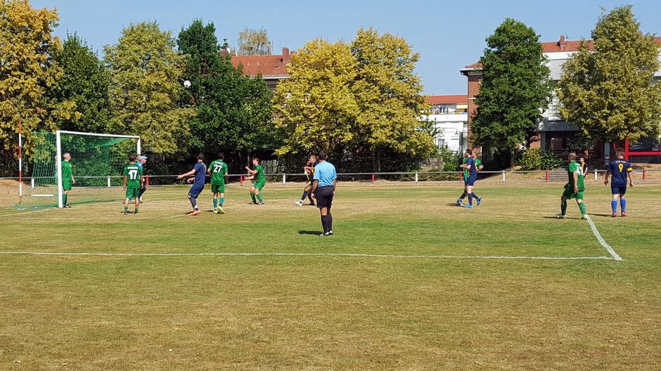 Der FC St. Fouli bei einer der wenigen Offensiv-Standardsituationen. Die Tore fielen allerdings aus dem Spiel heraus, zwei davon durch clever ausgespielte  Konter.