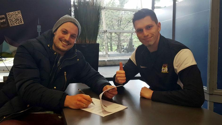 Die Rückkehr ist perfekt: Mario Ianni (l.) unterschreibt im Beisein von Manager Florian Weiß beim FC St. Fouli.