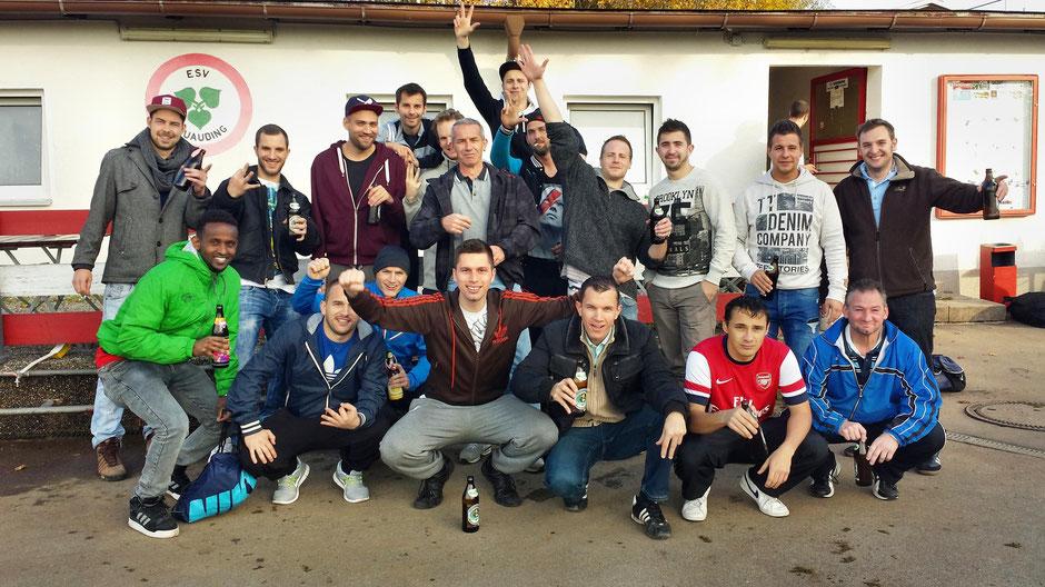 So sehen Aufsteiger aus: Das Fouli-Team feiert den Sieg, die Drittklassigkeit und den Dreierpack von Herbert Pimperl (hinten Mitte).