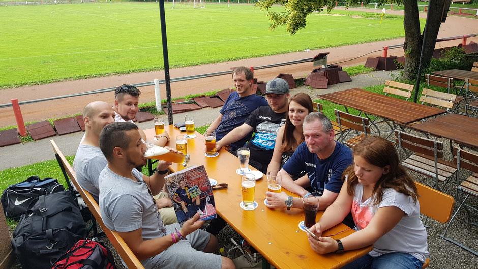 Ein Teil des siegreichen Fouli-Teams genehmigt sich einen kleinen Siegestrunk in der Vereinswirtschaft beim ESV Neuaubing.
