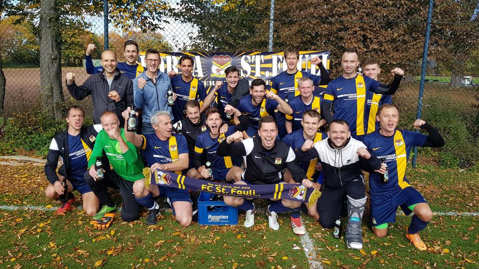 Das Team des FC St. Fouli feiert den erfolgreichen Saisonabschluss gebührend mit einer kühlen Erfrischung.