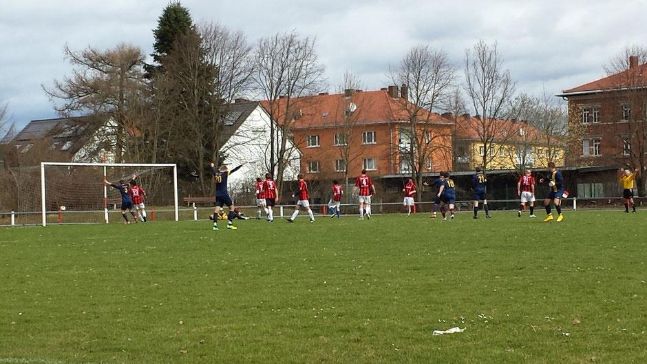Die Erlösung nach 77 Minuten: Der Ball von Reiner Schubert (verdeckt) schlägt im rechten oberen Eck ein, das Fouli-Team bejubelt den entscheidenden Treffer.
