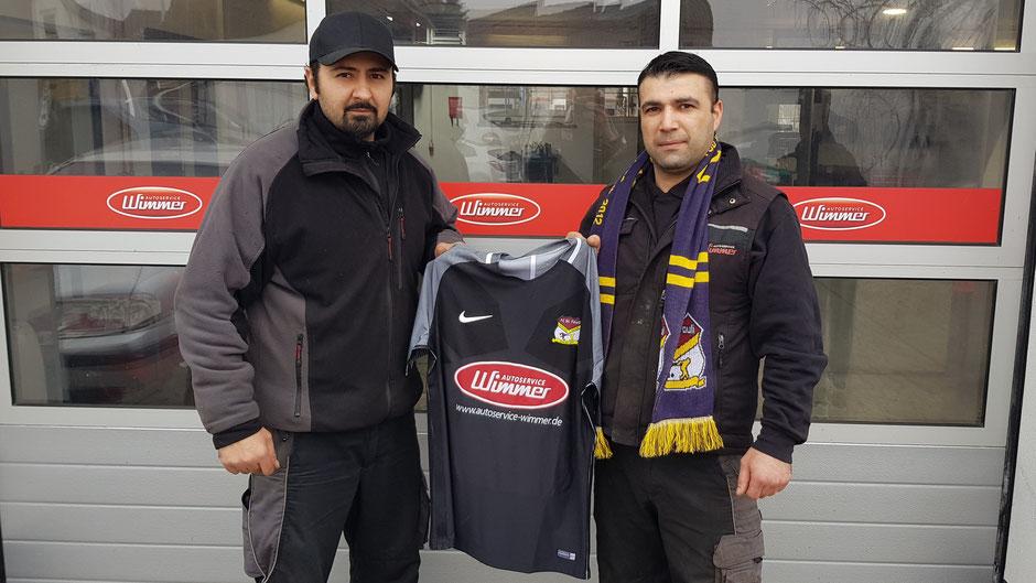 Ferhat Gedikli (l.) und Mehmet Celik vom Autoservice Wimmer mit dem neuen Fouli-Trikot.