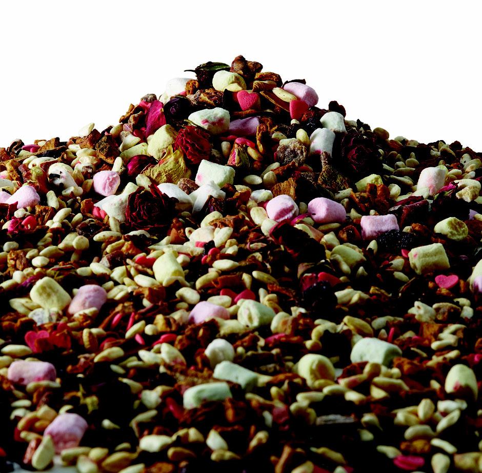 Früchte Tee / Liebesapfel mit Marshmallows , Zuckerherzen und Rosenblütenknospen