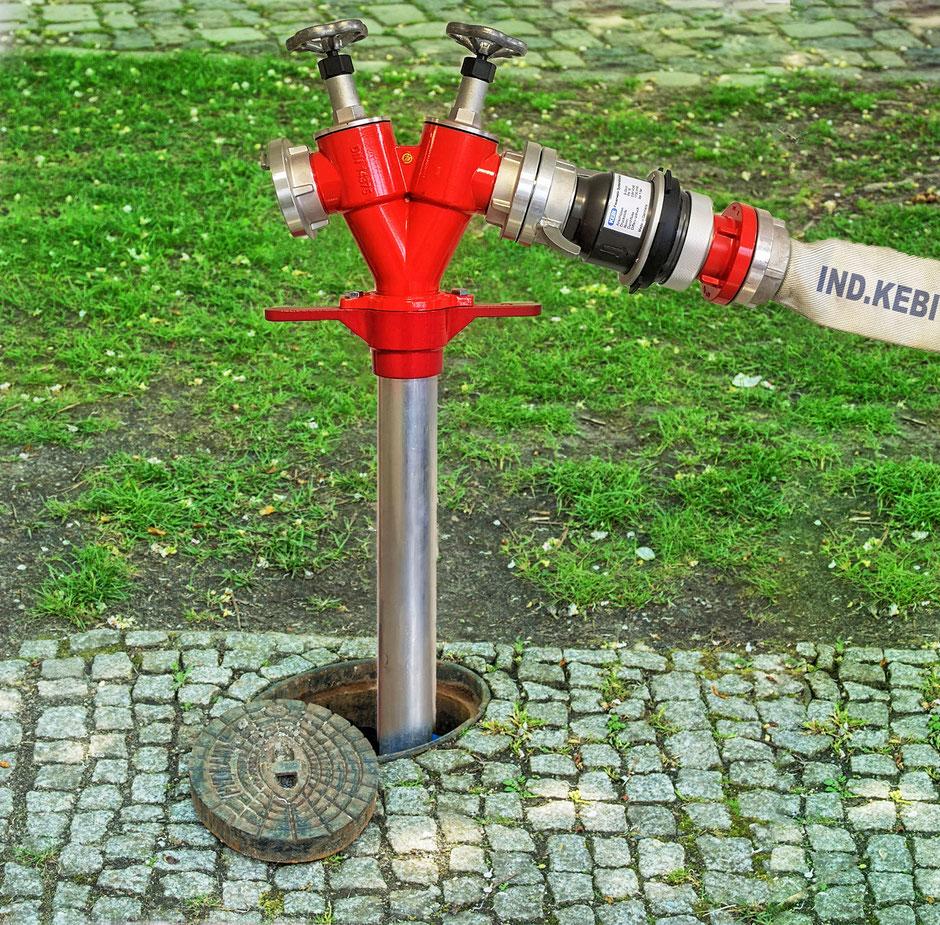 Daraus ergibt sich die besondere Pflicht der Feuerwehren,  bei Einsätzen dasTrinkwassernetz vor Löschwasser zu schützen.   Das DVGW Arbeitsblatt W405-B1  fordert dazu den Einsatz  eines Systemtrenners, der die Anforderungen der  DIN14346 erfüllt.