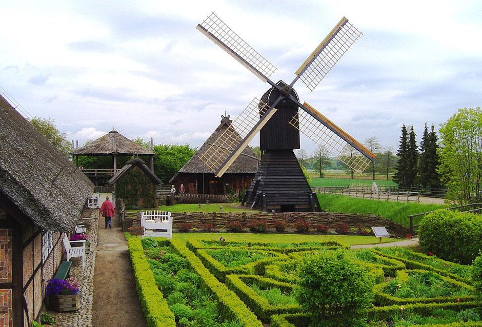 Bauerngarten, Heubarg, Scheuer und Kokerwindmühle am Riekhaus (Quelle: CC BY-SA 3.0, https://commons.wikimedia.org/w/index.php?curid=430465)