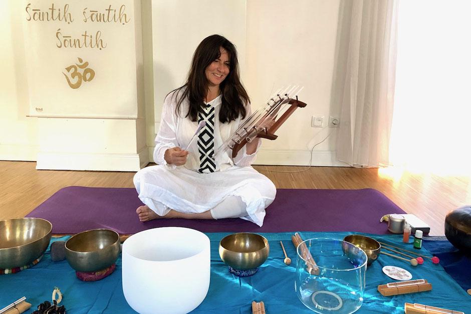 Sumann Simone mit Klangschalen und Kristallklang