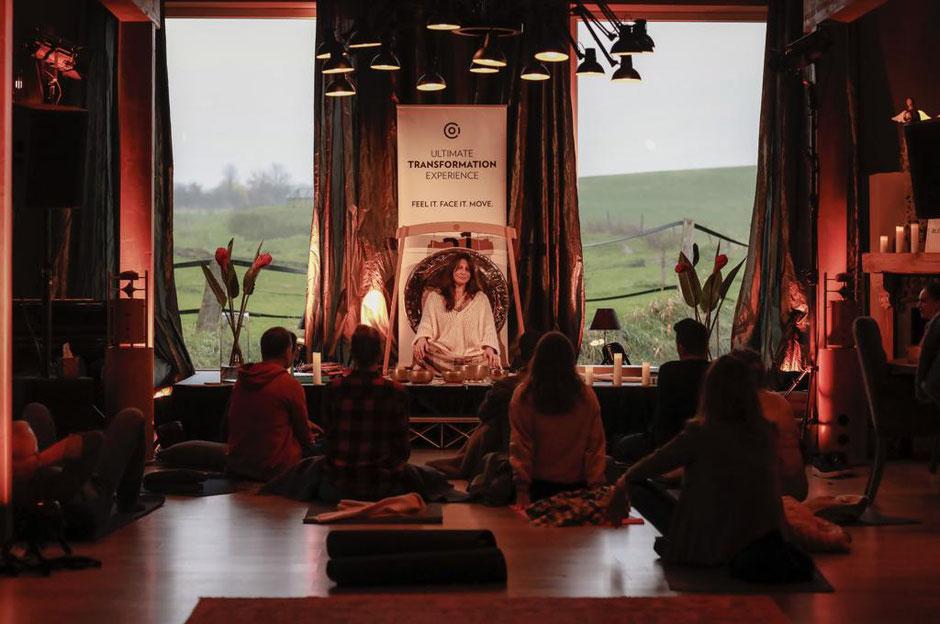 Sumann Simone Grunert bei einer Klangmeditation mit Kristallklangschalen