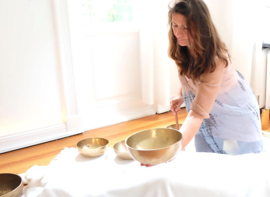 Sumann Simone Grunert bei der Klangmassage mit Klangschalen