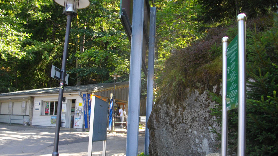 Auf dem Jean-Paul-Weg  bei der Luisenburg mit Felsenlabyrinth – Stationstafel 63 »Luisenburg«