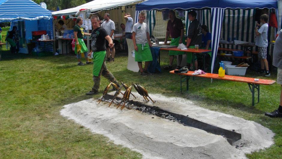 Fischgrillen auf dem Fest des Fischervereins Weißenstadt