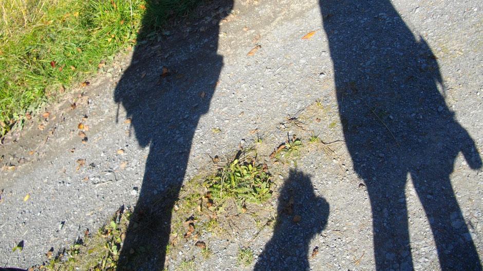 Schatten auf dem Weg: Hilde und Peter Zielinski und Pudel Fidel