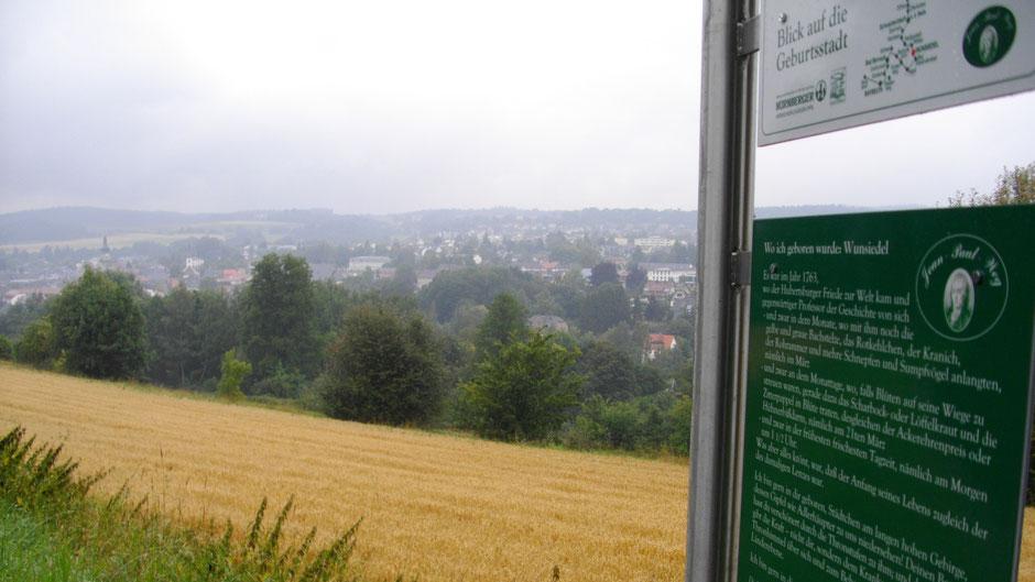 """Auf dem Jean-Paul-Weg, Stationstafel 58 """"Wo ich geboren wurde: Wunsiedel"""" mit Blick auf Wunsiedel"""