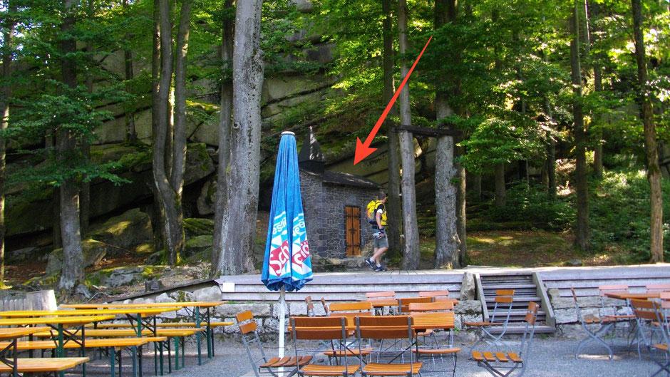 Im Hintergrund: Die kleine Kapelle aus Holz ist Kulisse für die Felsenbühne Waldstein