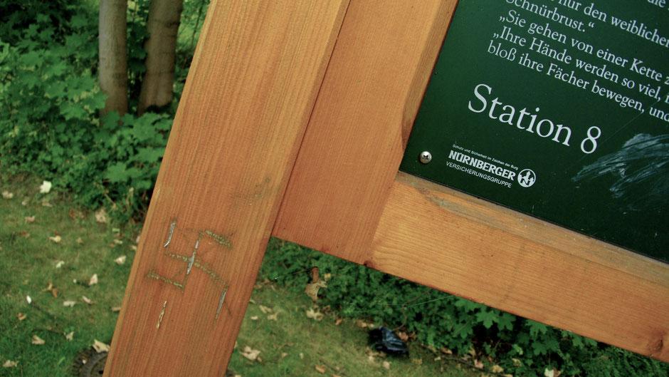 Auf dem Jean-Paul-Weg – Stationstafel 8 »Erotische Akademie« – aber nichts geht ohne Hakenkreuz