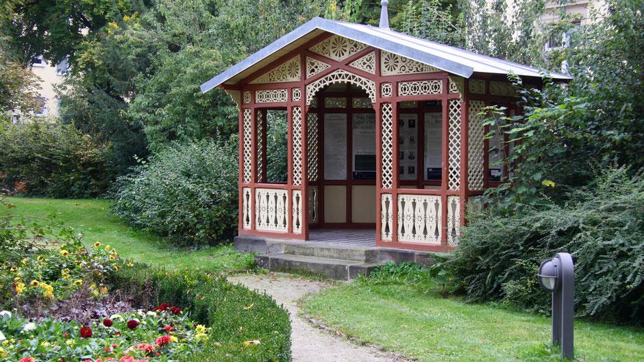 """Groß- und Sonderstation 118 """"Jean Pauls Ich & sein Werk""""  im Pavillon im Garten des Jean-Paul-Museums"""