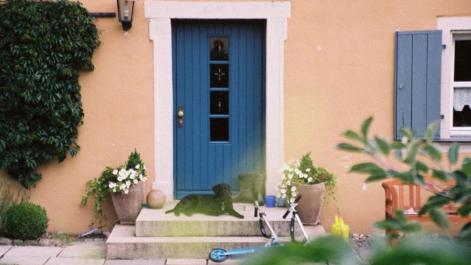 Die Tür des heute noch bewohnten Pfarrhauses in Joditz, in dem Jean Paul seine Kindheit verbrachte.