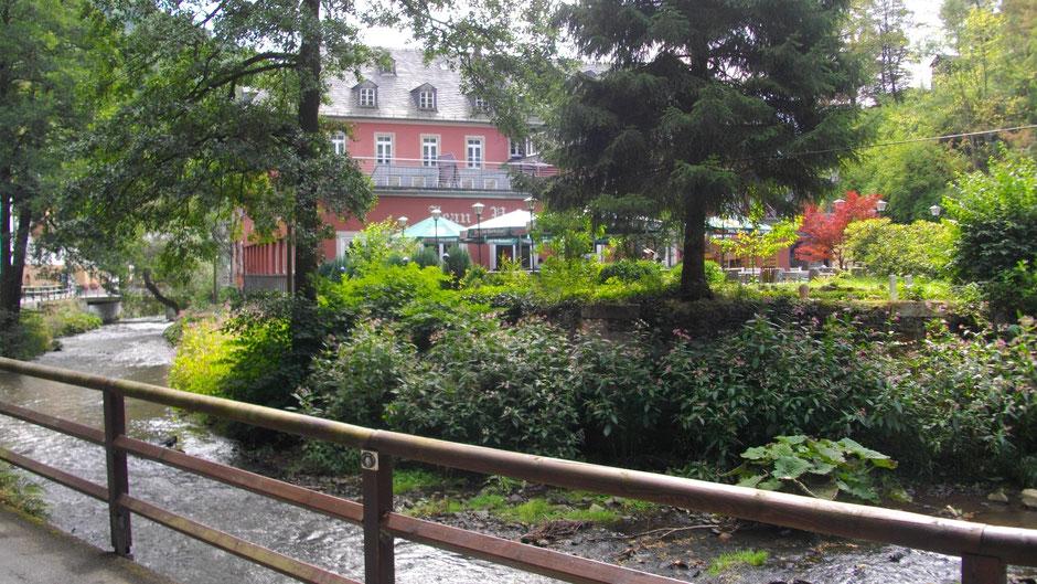 In Bad Berneck, an der Ölschnitz: das große Hotel »Hartl's Lindenmühle« mit Jean-Paul-Saal