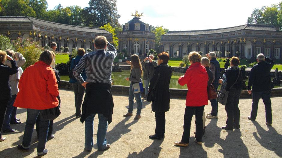 Führung vor der Oberen Grotte mit Sommentempel, Orangerie und Neuem Schloss, Eremitage Bayreuth