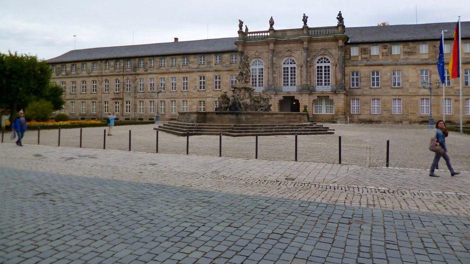 Neues Schloss Bayreuth – Stadtseite/Ludwigstraße – Residenzplatz mit Markgrafenbrunnen