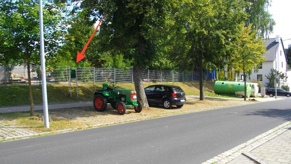 """Auf dem Jean-Paul-Weg, Stationstafel 54 """"Das Kreuz mit den Wanderkarten"""""""" hinter dem Traktor-Oldtimer der Marke """"Güldner"""" in Wunsiedel"""