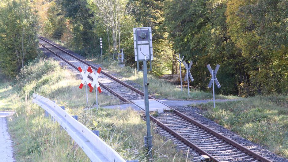 Auf dem Jean-Paul-Weg, Bahnübergang kurz vor Höflas
