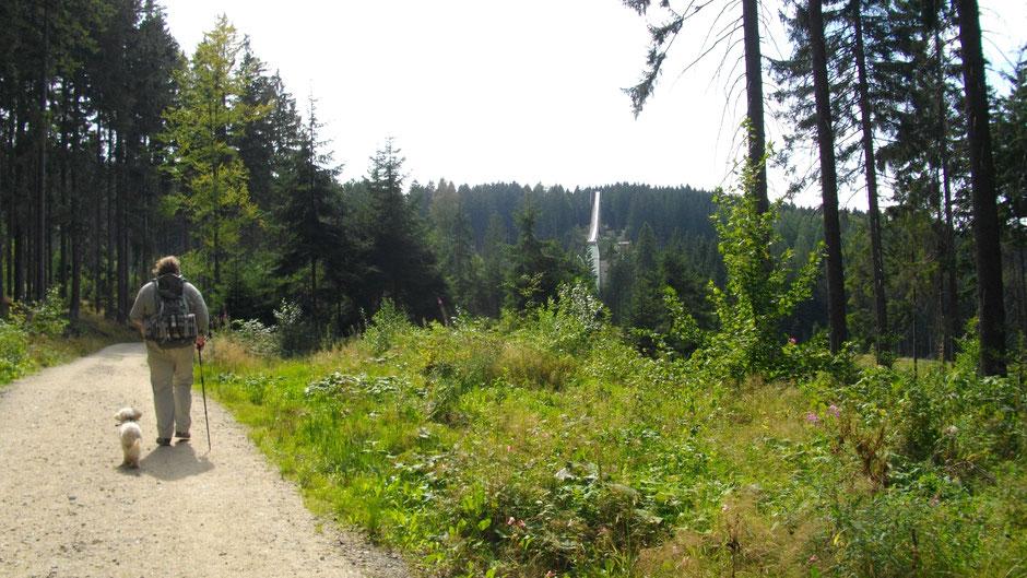 Jean-paul-Weg kurz vor Bischofsgrün, am Fuß des Ochsenkopfs mit Sommerrodelbahn im Bild