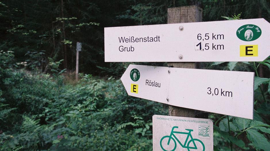 Jean-Paul-Weg trifft Eger-Weg (schwarzes »E« auf gelbem Grund)