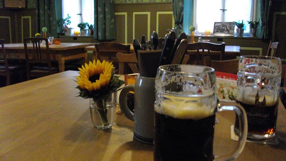 """In der """"Bauernstubn"""" zu Kleinhüll, vor zwei Nothelfer Bieren."""