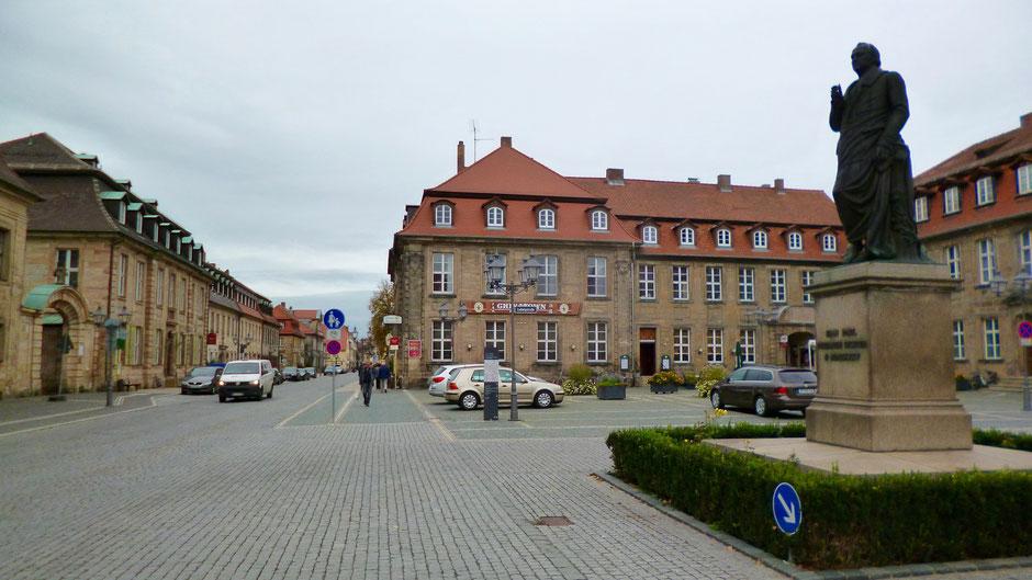 Jean-Paul-Platz mit Jean-Paul-Denkmal in Bayreuth – mit Blick in die Friedrichstraße