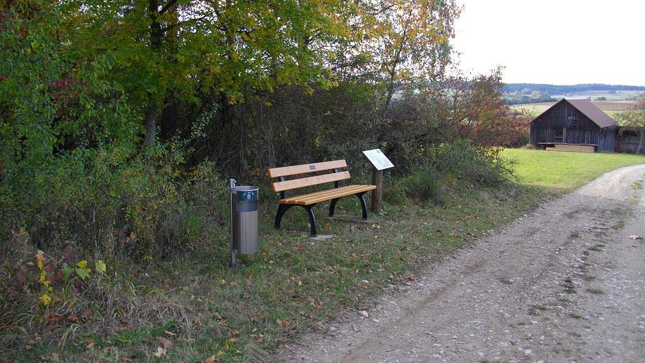 """Auf dem Jean-Paul-Weg, Landschaftstafel 24 """"Der alte Markgrafenweg"""" zwischen """"Pfarrhügel"""" und Alladorf"""