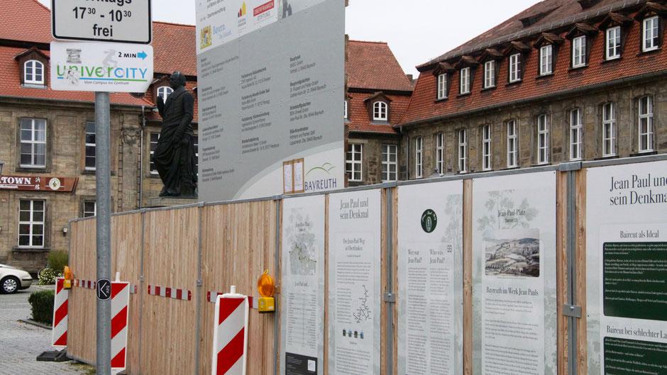 Groß- und Sonderstation 121 »Jean Paul und sein Denkmal« am Bauzaun
