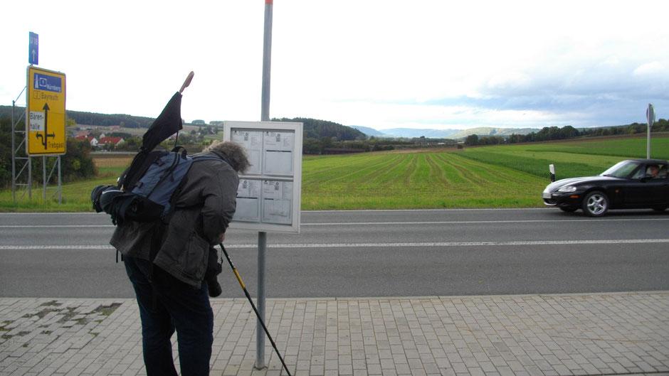 Bushaltstelle in Bindlach, im Hintergrund das Fichtelgebirge