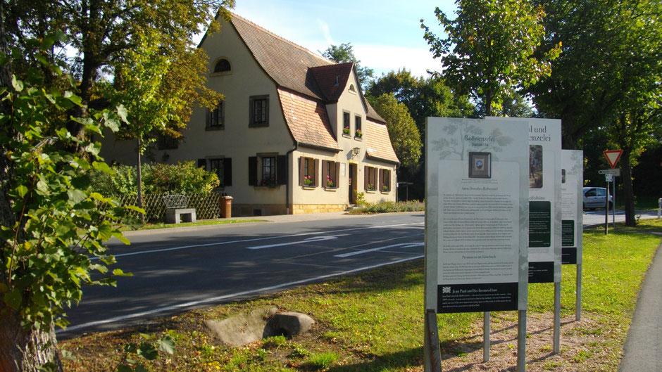 """Auf dem Jean-Paul-Weg, Groß- und Sonderstation """"Jean Paul und die Rollwenzelin"""" vor dem ehemaligen Wirtshaus """"Rollwenzelei"""" in Bayreuth"""