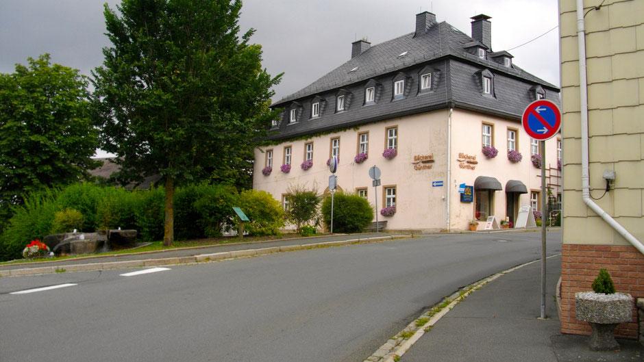 """Auf dem Jean-Paul-Weg, Stationstafel 32a """"Bruder Gottlieb in Sparneck"""" unter dem Baum, mitten in Sparneck"""