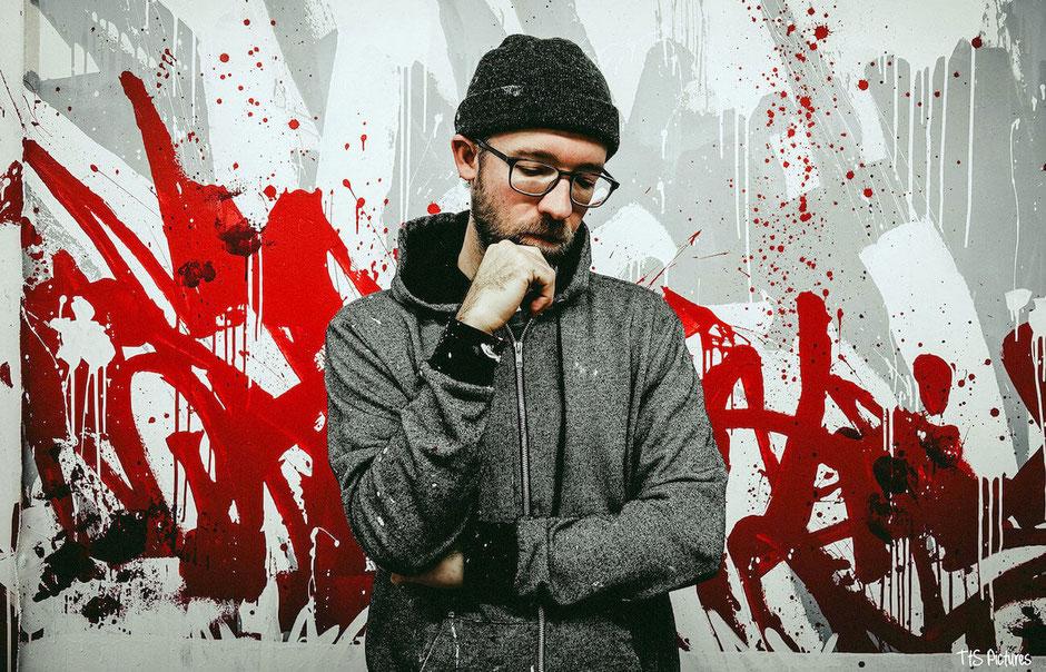 L'artiste graffeur américain Bisco Smith avec l'une de ses oeuvres © Bisco Smith