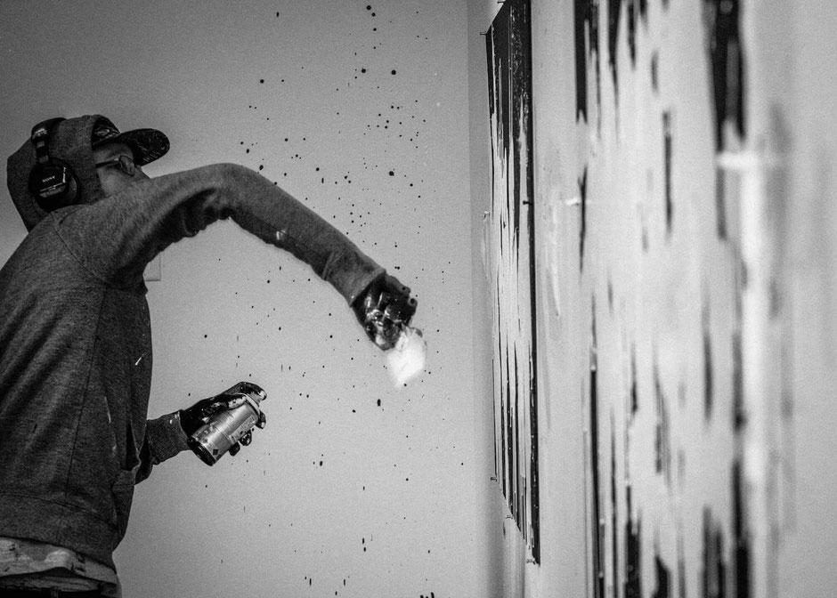 En plein processus créatif, le street artiste Bisco Smith oeuvre à répandre l'énergie créatrice pour un monde meilleur. © Bisco Smith