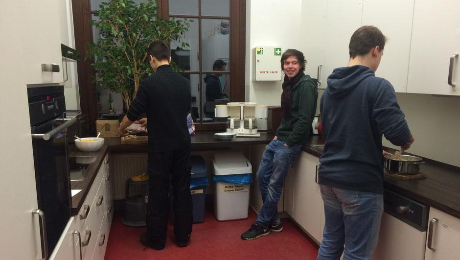 Men at work :) hier wird gequatscht, gelacht und gekocht.
