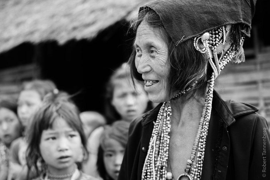 Traditioneller Kopfschmuck der Akha.