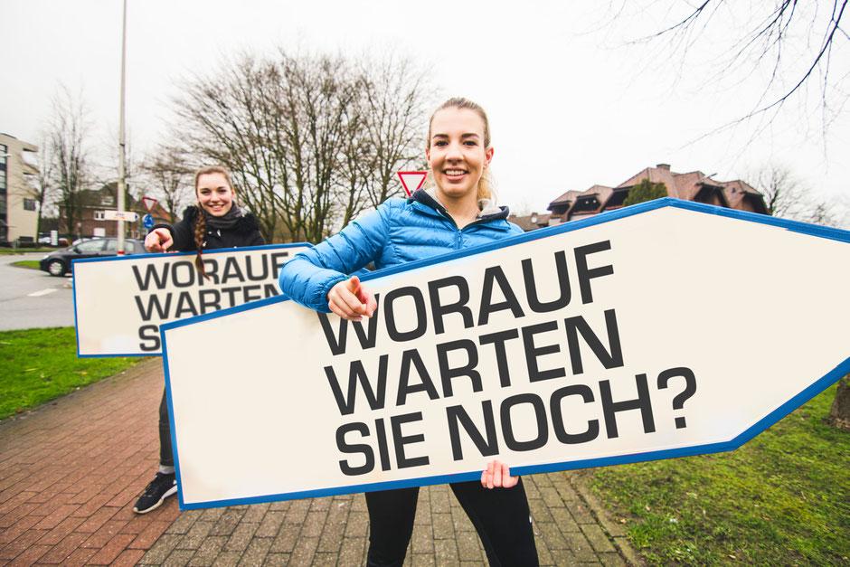 Zwei SignSpinnerinnen im Einsatz bei einer Werbekampagne.