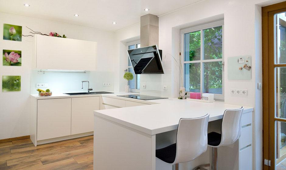 Kleine weiße Küche in U-Form vom Schreiner