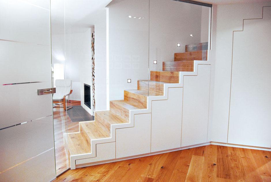 Holztreppe mit integrierten weißen Schränken als Stauraum – Die Schranktreppe