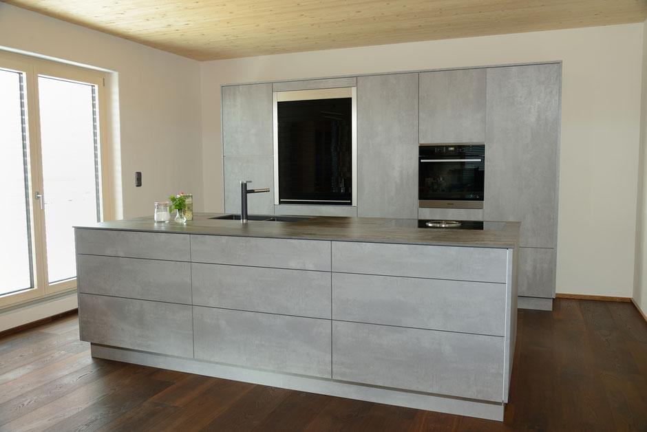 Moderne Einbauküche in Grau vom Schreiner mit Kochinsel