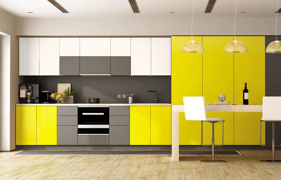 Moderne Küchenzeile vom Schreiner in Gelb, Weiß und Grau ohne Griffe