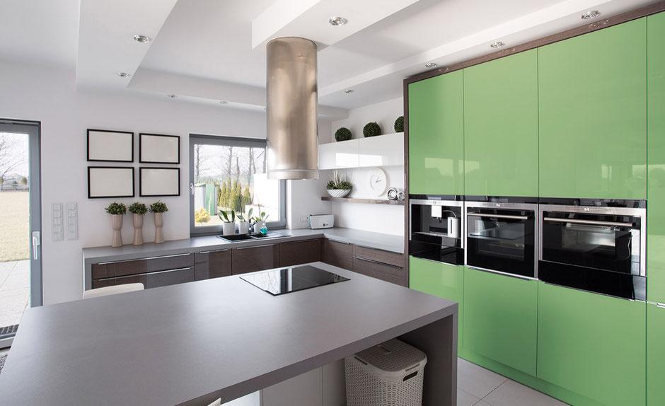 Moderne Schreiner-Einbauküche in Grün und Grau