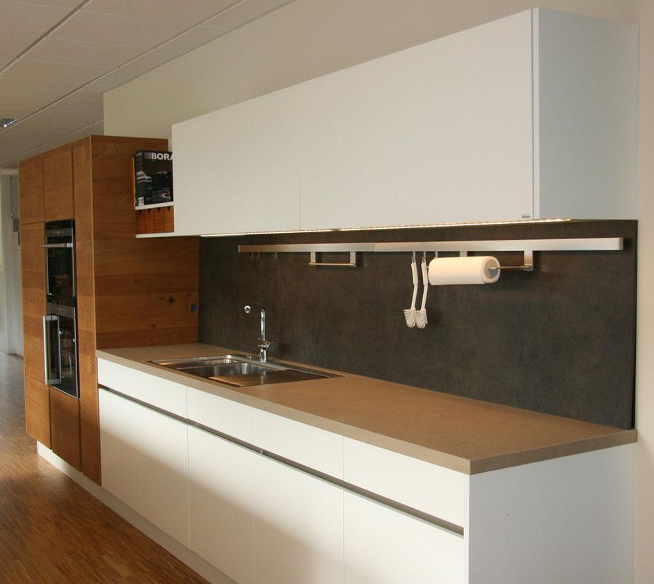 weiße moderne Küche im Wiedmann Showroom