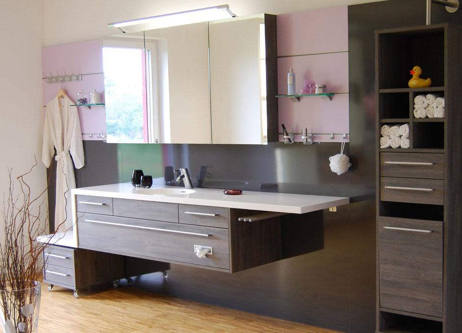 Großes, modernes Badezimmer vom Schreiner mit vielen Details zur Aufbewahrung