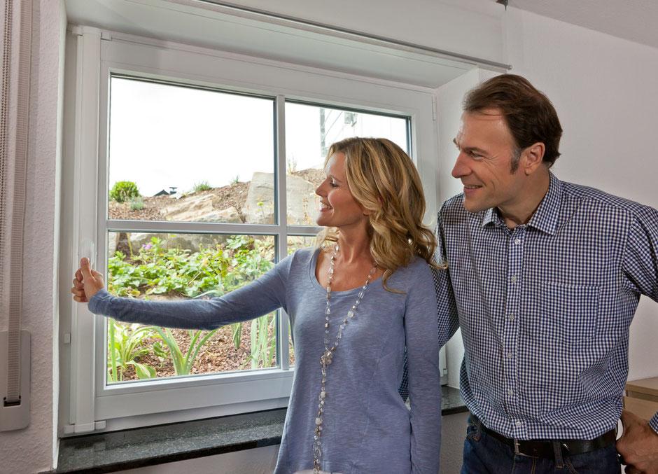 Ehepaar bekommt Beratung zu Fenstern und Einbau von Fenstern